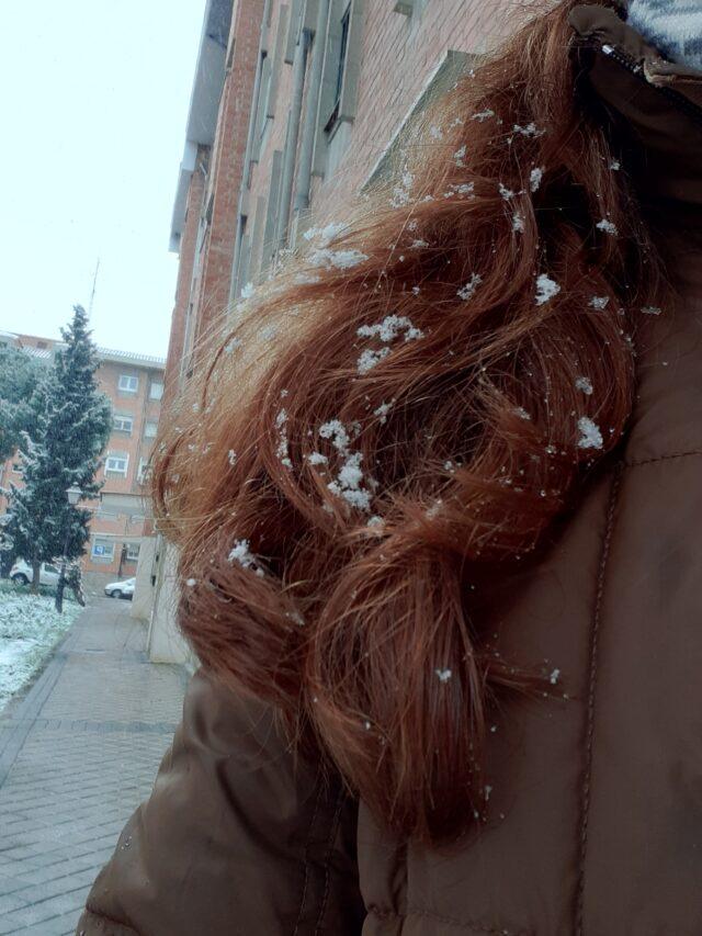 copos de nieve en el cabello de una chica