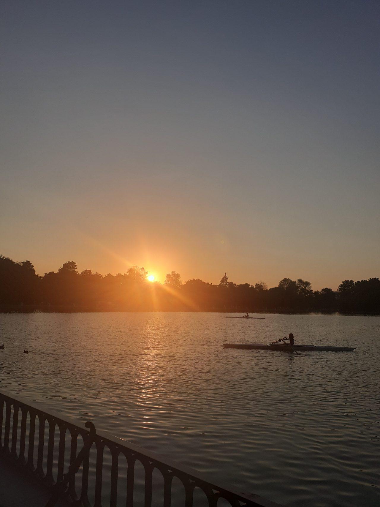 https://www.monicachacin.com/wp-content/uploads/2021/08/parque-del-retiro-madrid-estanque-barcas-remar-emprendedores-1280x1707.jpg