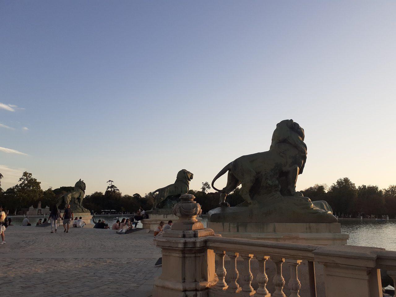 https://www.monicachacin.com/wp-content/uploads/2021/09/reflexiones-para-emprendedores-monica-chacin-copywriter-madrid-parque-retiro-leones-2-1280x960.jpg